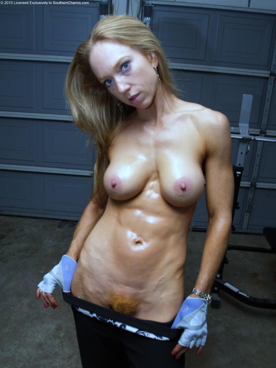 Mujer más mayor se desnuda para la cámara -