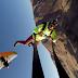 (Video) Rrëshqitje me litar nga njëra parashutë në tjetrën
