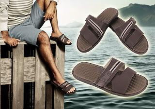Ator Du Moscovis usando chinelos slide Cartago Rimini - Pés Masculinos - Male Feet