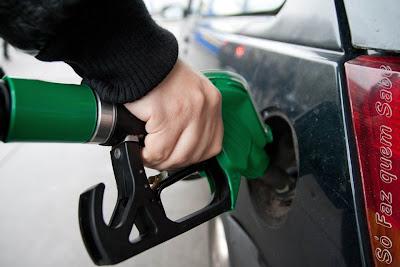 Enchendo o tanque de combustível para calcular a média de consumo.