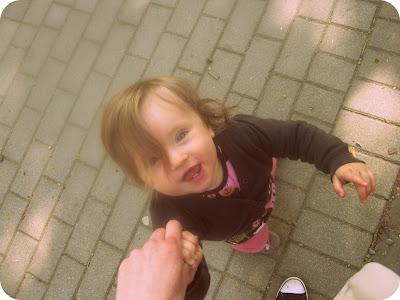 Mein Baby nachdem ich ihr sagte, dass wir auf den Spielplatz gehenq