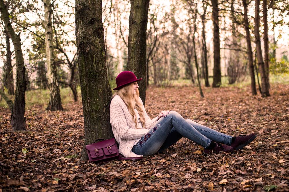 Jesienne zdjęcia na blogu modowym. Dziewczyna w kapeluszu, spodnie moodo, creepersy. Etno boho.
