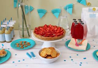 Decoração de aniversário feita em casa com papéis e pratinhos