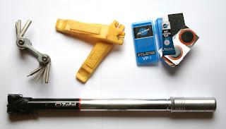 Podstawowy zestaw narzędzi: klucz wielofunkcyjny, łyżki do opon, łatki, pompka