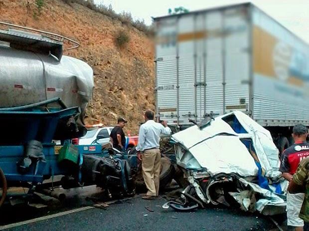 Outros seis veículos foram atingidos pelo caminhão desgovernado. (Foto: Odiney Santos / Blog Marcos Frahm)