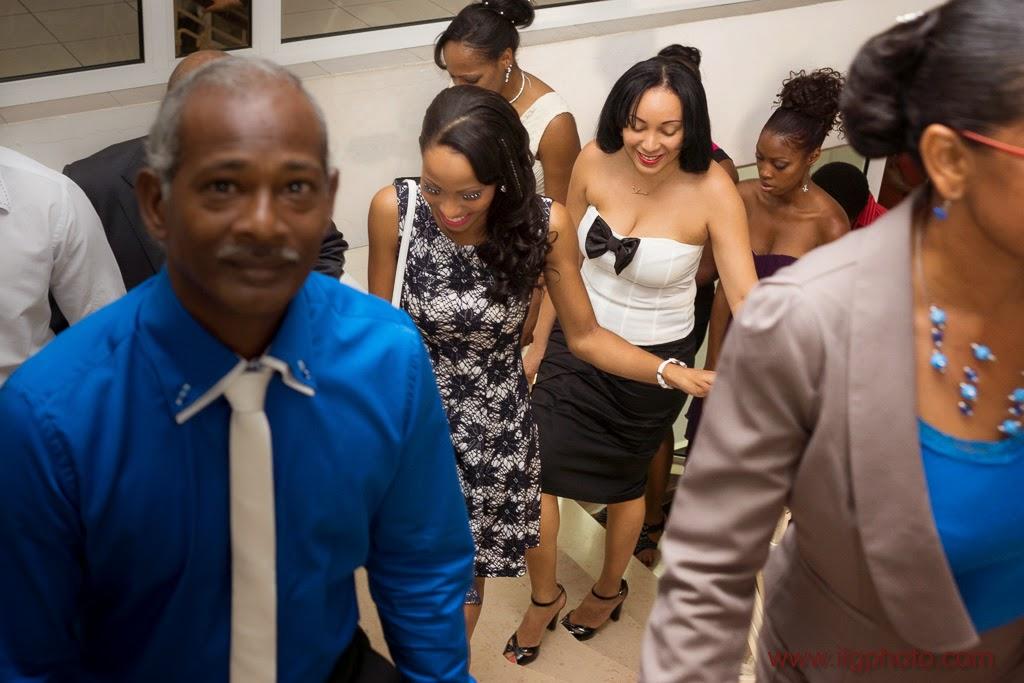 la mariée monte à la salle des mariages maire baie-mahault