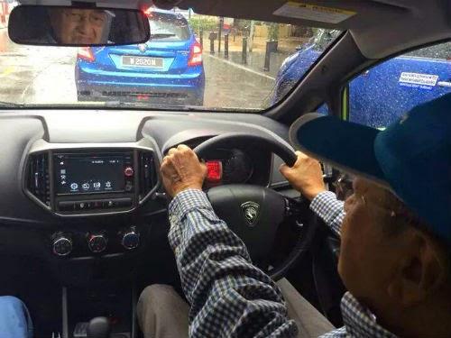 Tun Mahathir Pandu Proton PCC Iriz Bersarapan Di Pavilion 13 Gambar