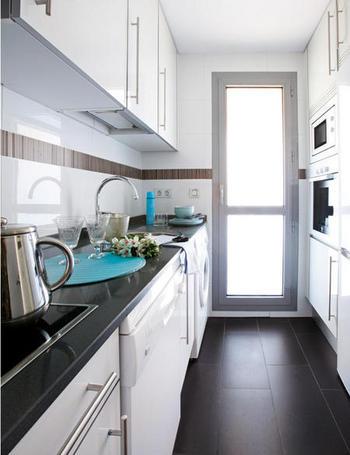 Decoraci n de interiores una vivienda c lida y elegante - Cocina suelo negro ...