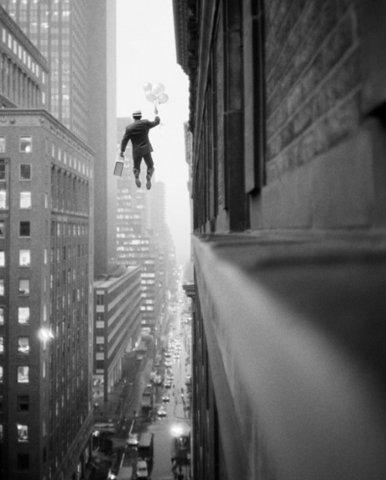 Hombre cae de un edificio
