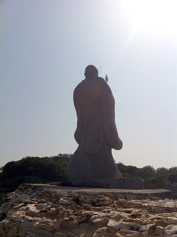 弘法大師上陸像の背後
