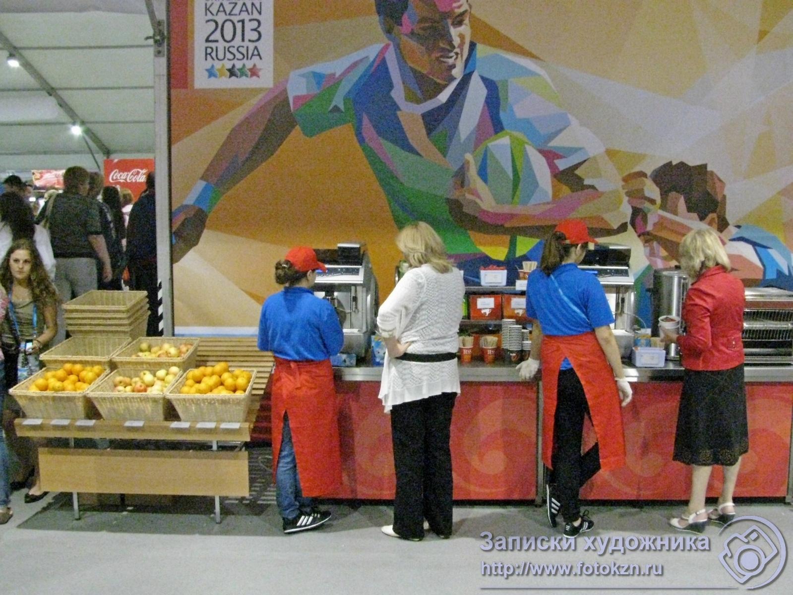 Кофейные автоматы и лотки с фруктами в столовой Деревни Универсиады