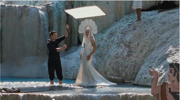 le meraviglie monica bellucci cammina sulle acque del fosso bianco
