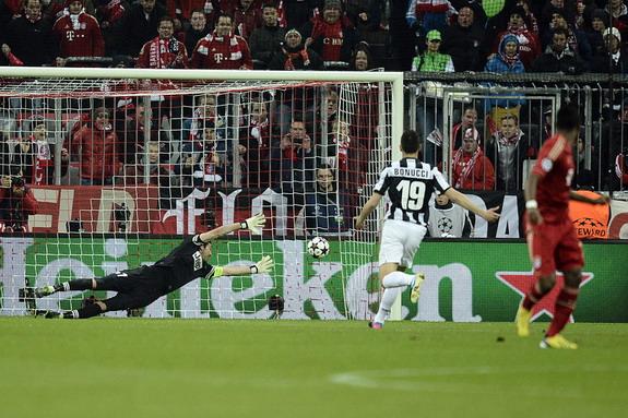 Bayern Munich player David Alaba scores physics-defying goal against Juventus