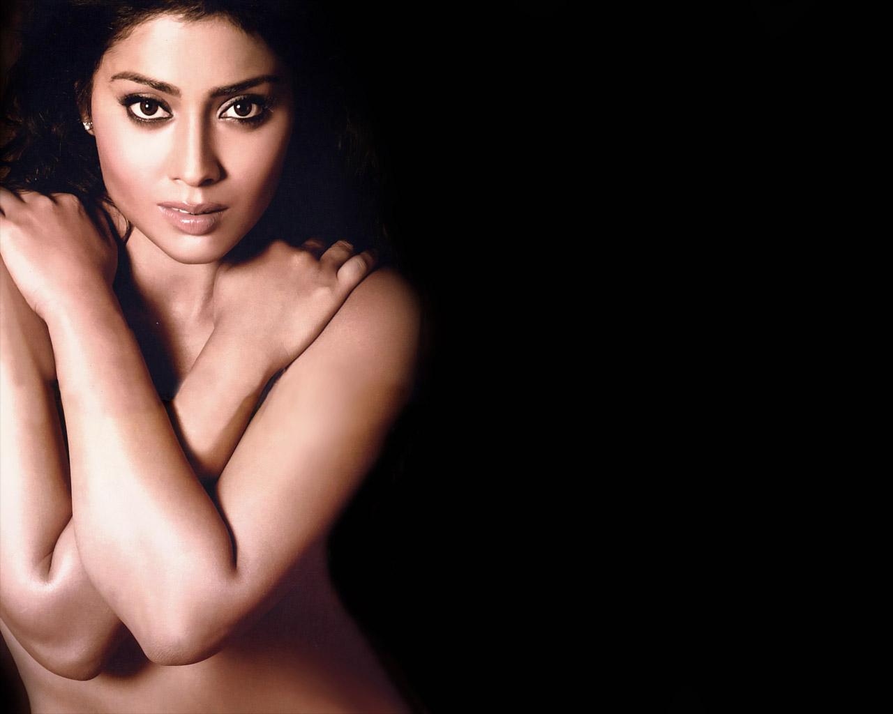 shriya saran hot topless pose for photographer : film news   new
