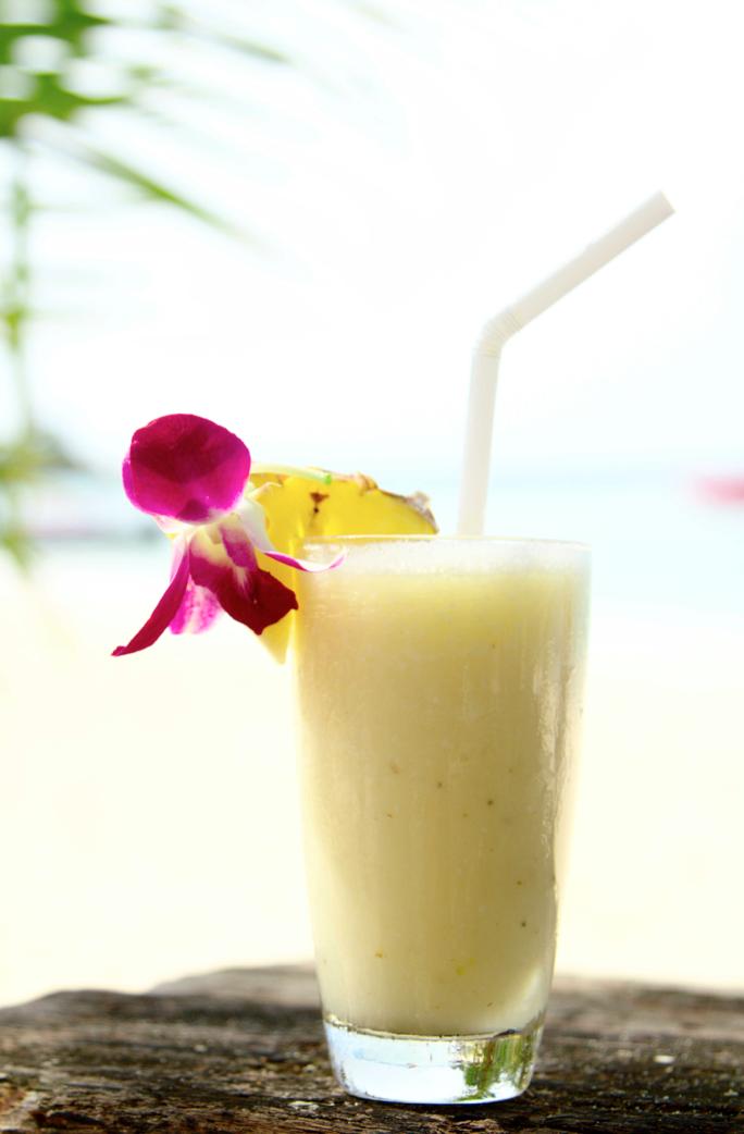 Kokosnuss-Ananas-Banane Shake am Meer