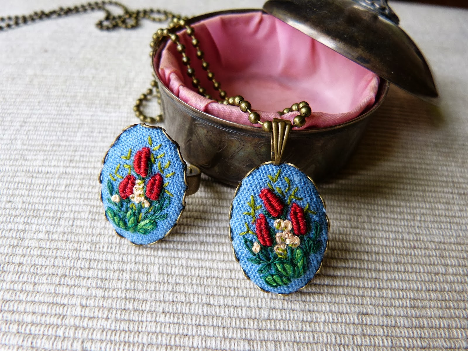 haft rococo, embroidered pendant, haftowane róże, haftowany naszyjnik, naszyjnik z haftem, embroidered jewerly, naszyjnik vintage, medalion z haftem, handmade jewerly, pierścionek z haftem