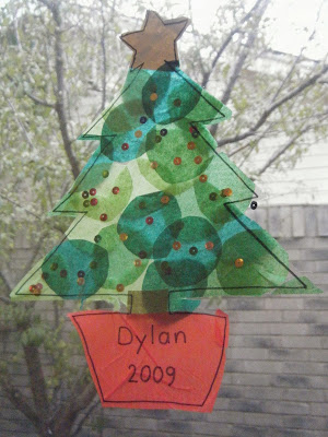 http://itsybitsylearners.com/2011/12/christmas-preschool-craft-christmas-tree-suncatcher/