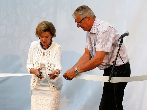 "Queen Sonja was shown around the new school and unveiled also the artwork ""So life is"" by Olav Christopher Jenssen"