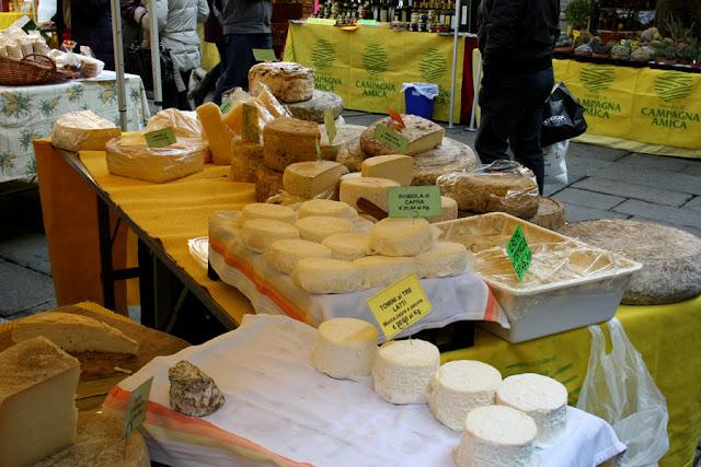 Banco dei formaggi al mercato Coldiretti Torino