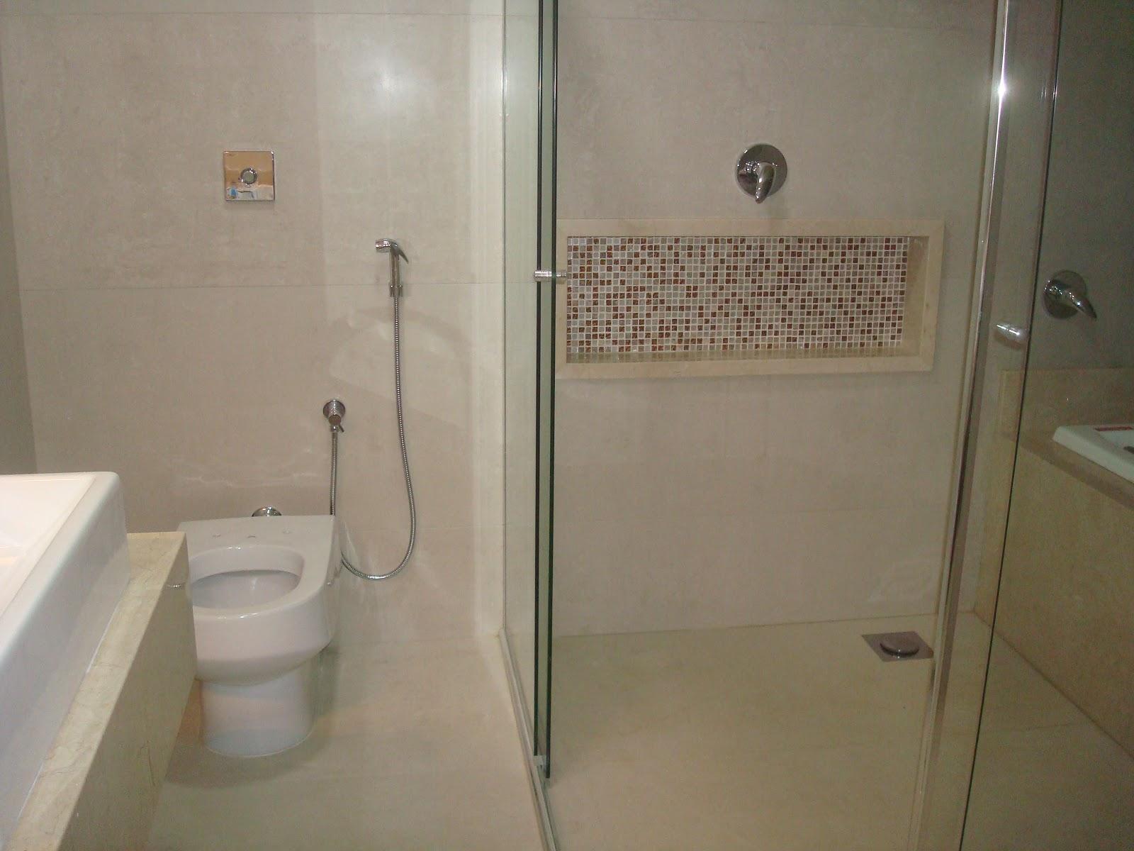 Nessa foto dá pra ver como o espelho fica um pouco recuado da parede  #5D503B 1600x1200 Banheiro Com Banheira No Box