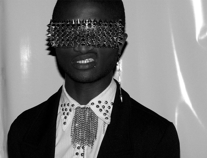 sunglasses-studs-punk-black-white-jacket-shirt-como-una-aparición-moda-calle-bogotá