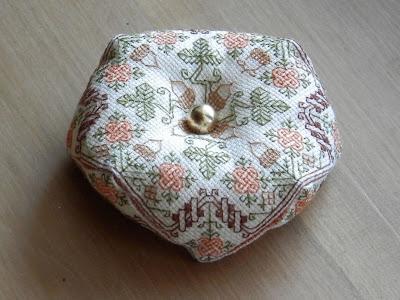 http://boutique-brodeuse-bressane.blogspot.fr/2012/09/biscornu-autumn.html