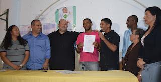 Moradores comemoram doação de terreno com o prefeito Márcio Catão e o vereador Maurício Lopes