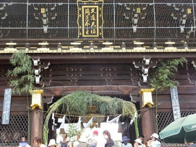 楼門に茅(かや)で作った直径5メートルの「大茅の輪」。