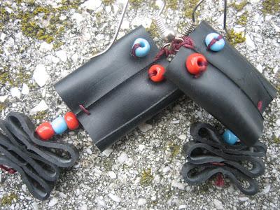 fülbevaló bicikli gumibelsőből kék piros gyöngyökkel