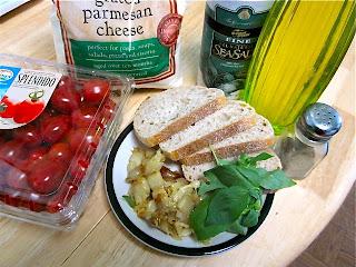 Бутерброды с запеченным чесноком, пармезаном и помидорами