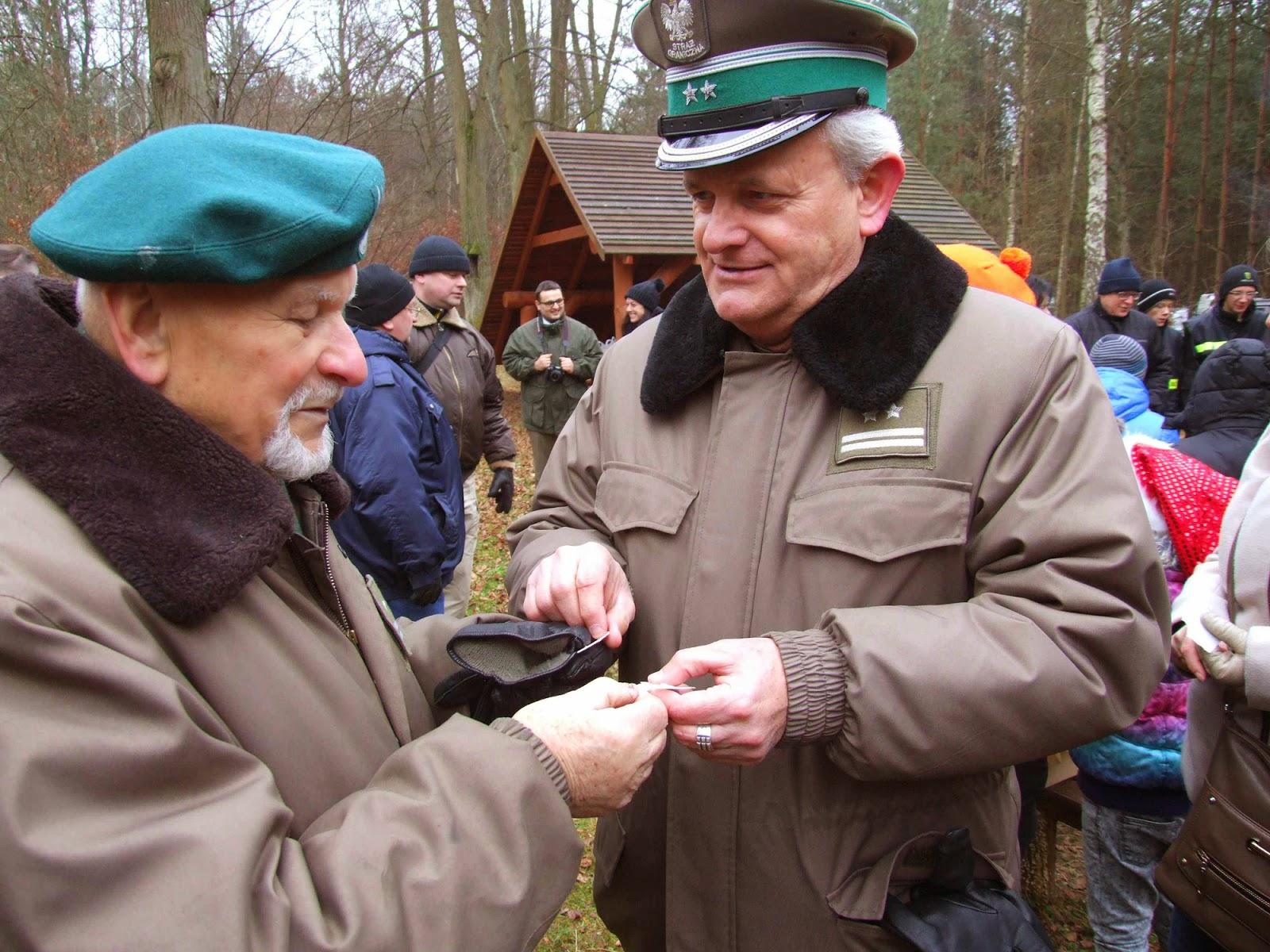 Pułkownicy Marian Zach i Wiesław Margas (wnuk gajowego Jana Barana z Zych) dzielą się opłatkiem