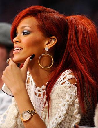 Rihanna uzun kabarık kızıl at kuyruğu saç modeli