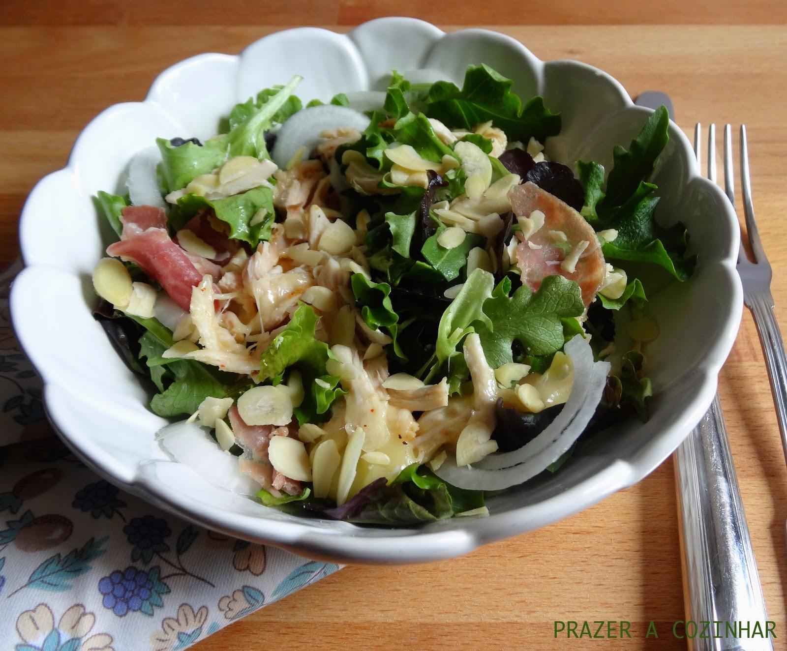 prazer a cozinhar - Salada de frango, queijo, presunto e amêndoas