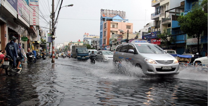 Mưa lớn, nước cống tràn vào nhà dân