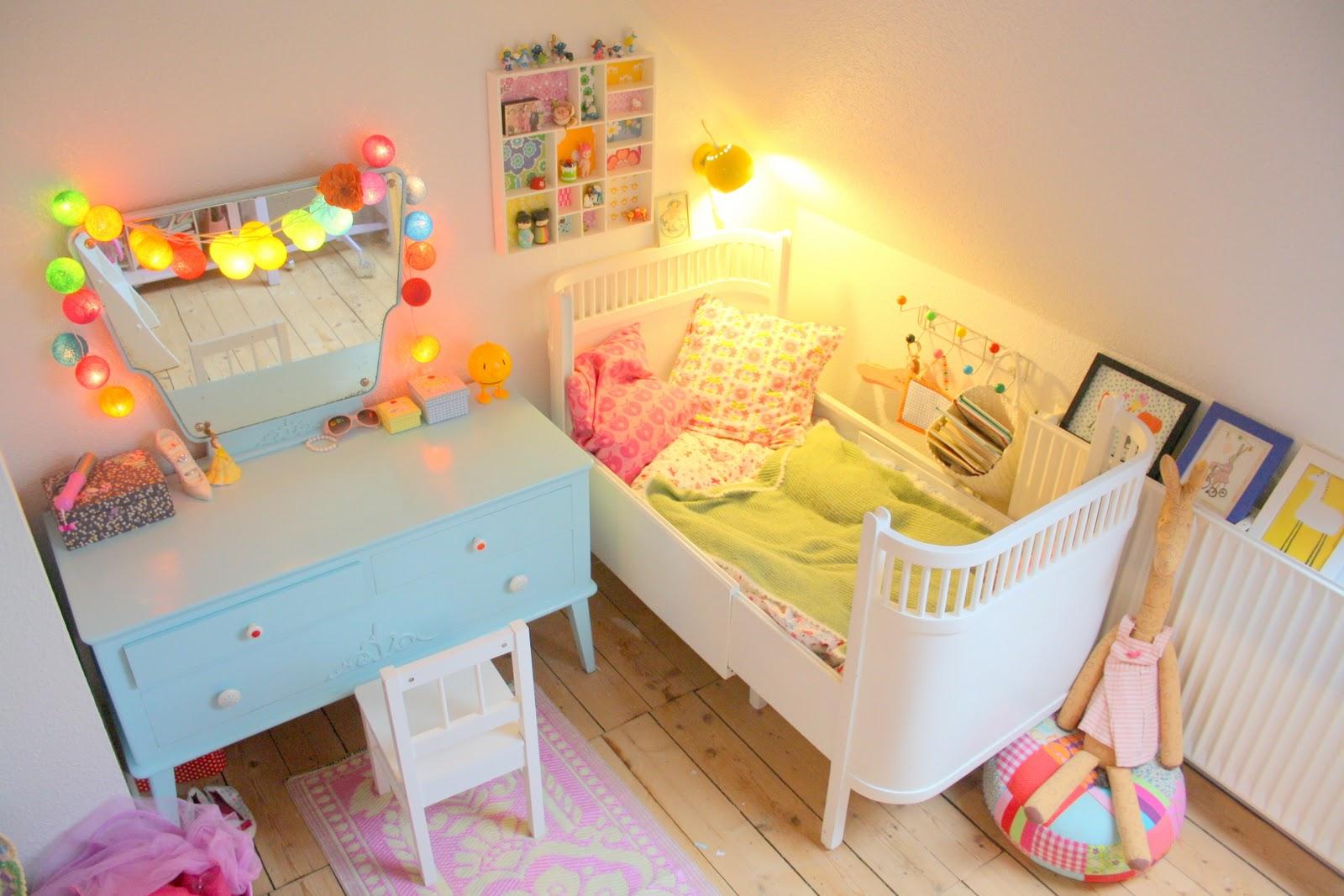 Un dormitorio con tocador lleno de color baby deco - Habitacion con tocador ...