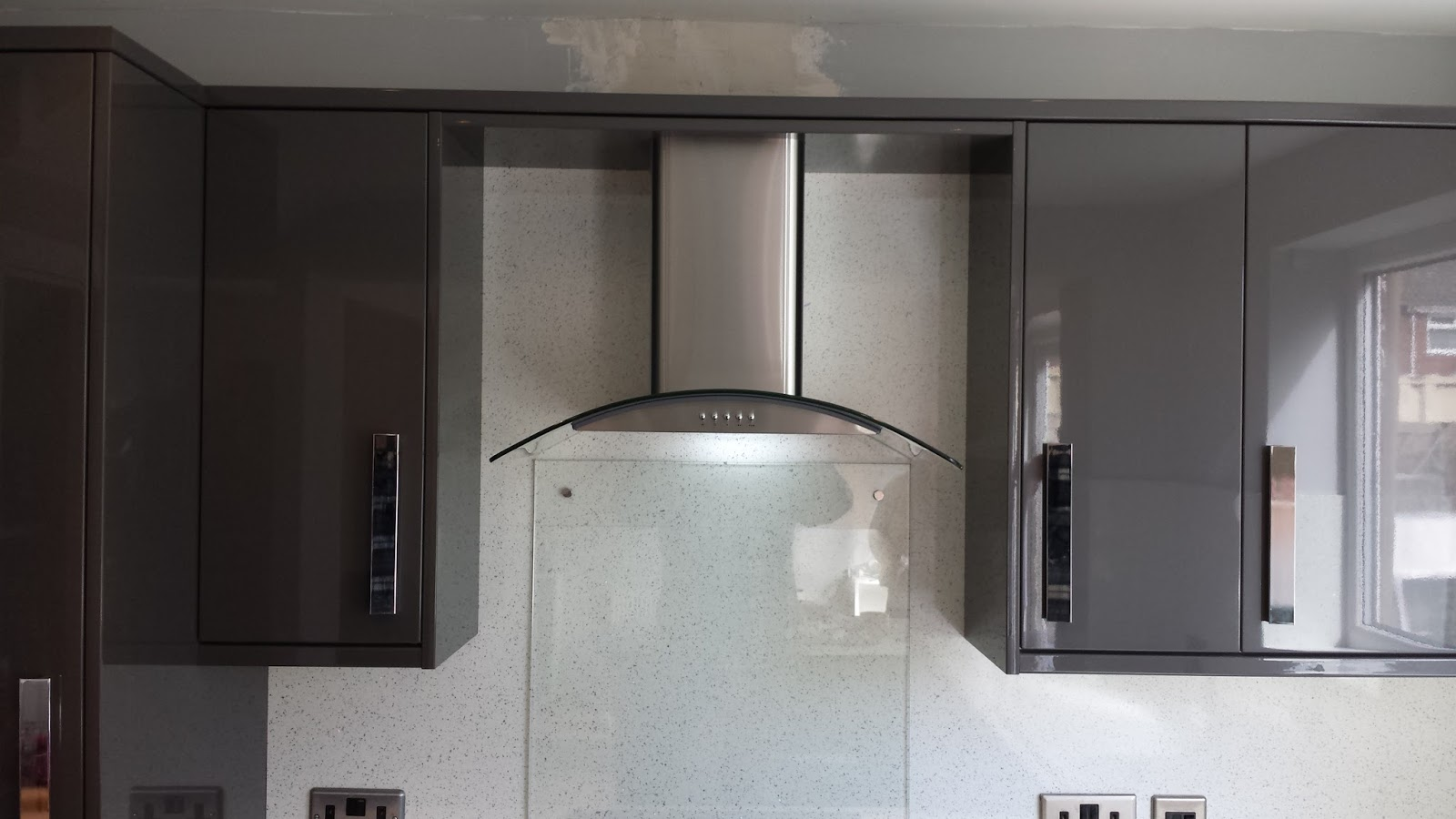 Elm Kitchens And Joinery Howdens Kitchen In Dark Grey Gloss With A Nice Bright White Worktop