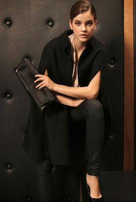 pantalón vaquero para fiesta mujer Massimo Dutti y capa negra