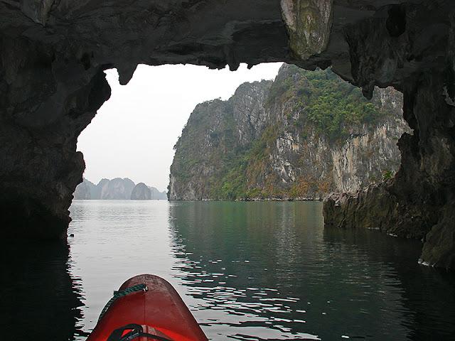 Kayak sur la baie d'Along