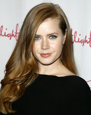 A deep side part and soft, rolling waves make Amy Adams' polished hairstyle look seriously sexy.