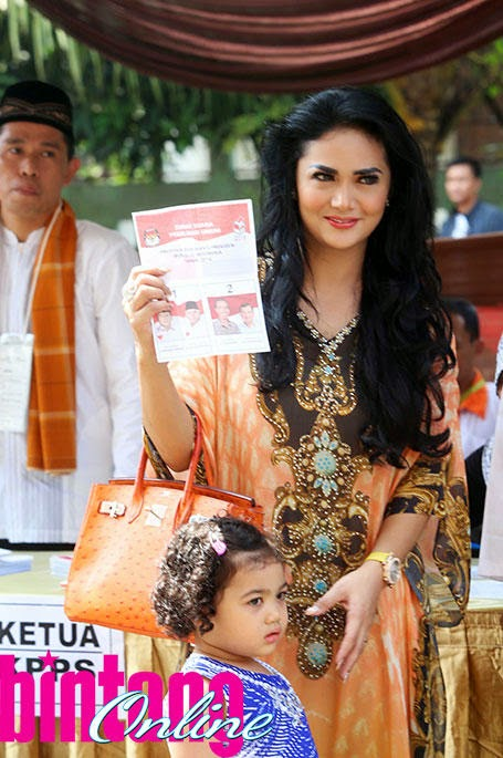 Krisdayanti bersama anaknya arianha amora lemos