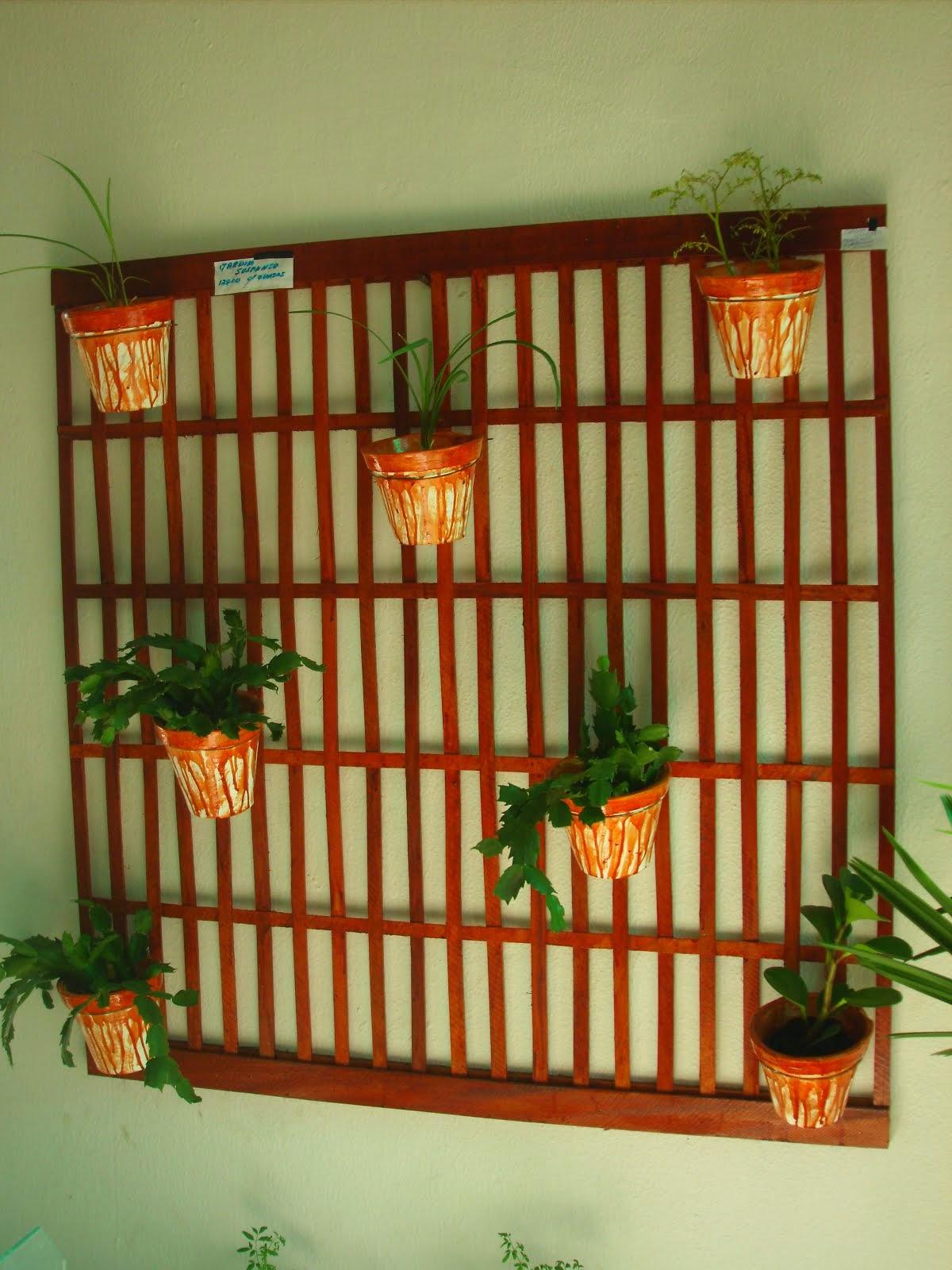 Jardim suspenso em madeira com 7 vasos