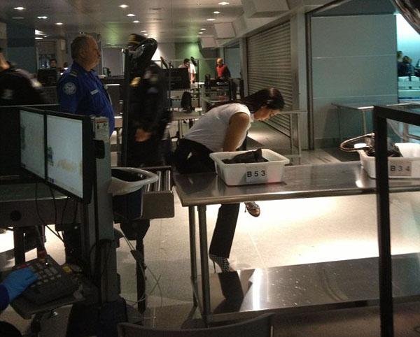 """أمن مطار جون كينيدي يجبر """"كيم كارداشيان"""" على خلع حذائها"""