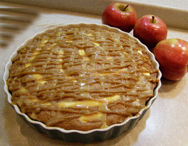 كعكة التفاح بصلصة التوفي