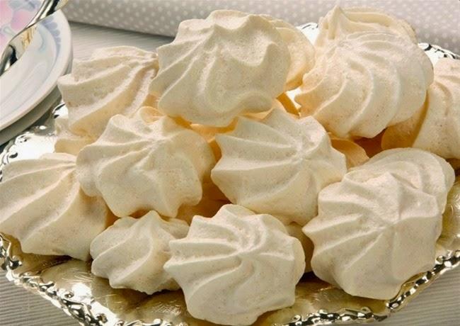 La palabra merengue, además de designar un género musical dominicano, se usa para nombrar un dulce a base de claras de huevo y azúcar que se usa para recubrir bizcochos, cupcakes y otros postres.