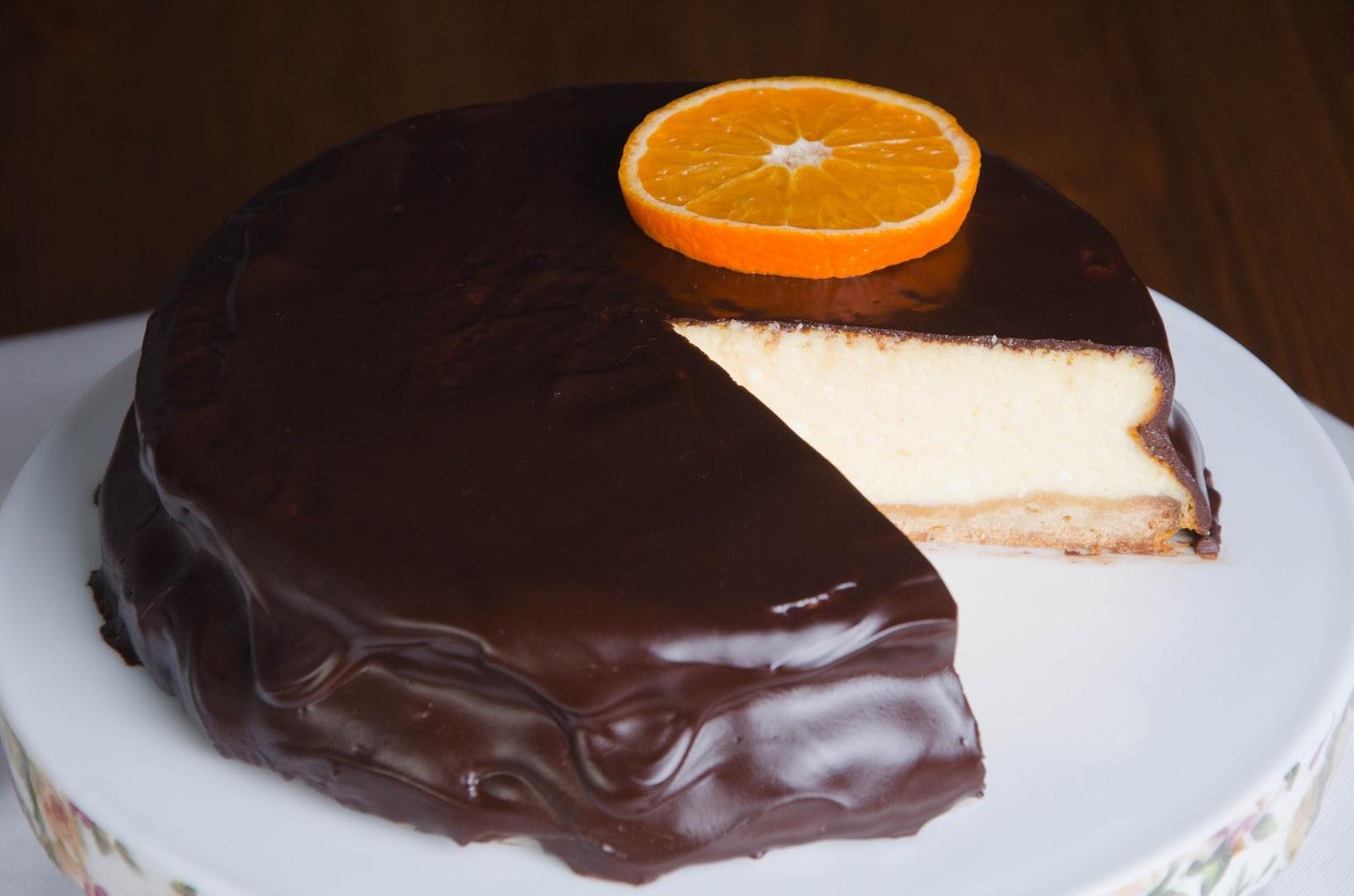 Migdałowy sernik jogurtowy w polewie czekoladowej