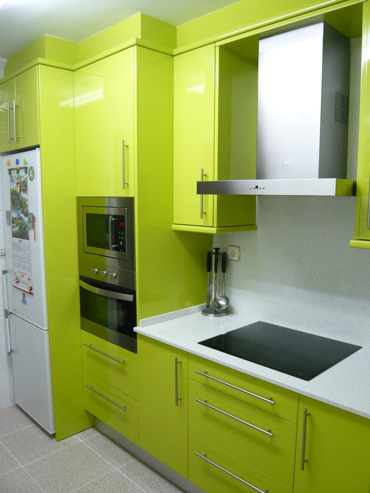 reuscuina cocina verde pistacho con silestone blanco