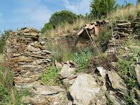 Detall dels materials utilitzats per construir aquesta barraca: la llicorella i teules aràbigues