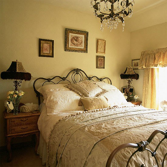 Modern vintage bedroom furniture for Antique style bedroom ideas