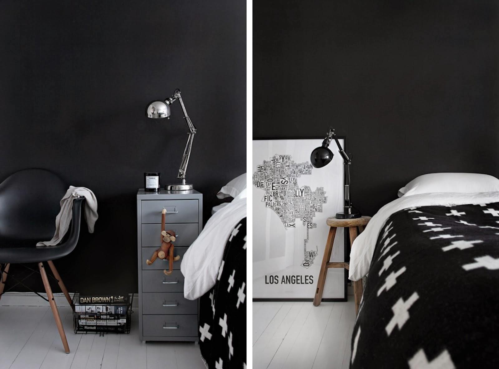 Cross motif Pia Wallen, monochromatyczna aranzacja, czarna ściana, czarne krzesło, skandynawskie dekoracje