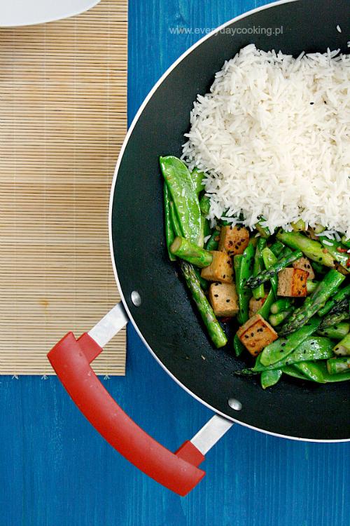 Szparagi smażone z tofu i groszkiem cukrowym